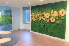 Mur végétal avec rondins de bois